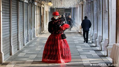 Το καρναβάλι της Βενετίας γιορτάζεται εδώ και 1.000 χρόνια. Μαζί με εκείνα στην Φλωρεντία και τη Ρώμη είναι από τα πιο γνωστά στην Ιταλία. Πίσω από τα καλυμμένα πρόσωπα κρύβεται ένα μυστήριο που ασκεί μαγική έλξη σε ανθρώπους από όλον τον κόσμο.