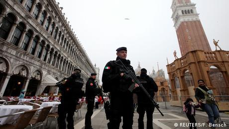 Όπως και πέρσι οι αρχές φρουρούν την πόλη με μεγάλη προσοχή. Αστυνομικοί και άνδρες της αντιτρομοκρατικής υπηρεσίας στέκονται σε κεντρικά σημεία, κυρίως εκεί απ' όπου περνούν παρελάσεις. Όπως εδώ στη γνωστή πλατεία του Αγίου Μάρκου.
