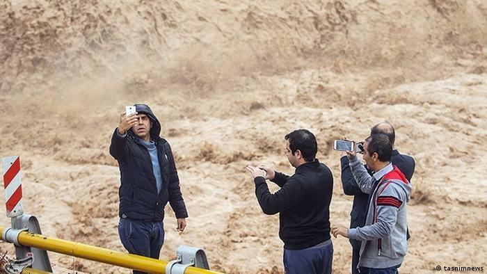 Im Februar bricht ein Erddamm in der Provinz Dschahrom, im Süden Irans. 700 Häuser werden zerstört, mehr als 2000 weitere Häuser beschädigt. Der Generaldirektor für Krisenbewältigung in der Provinz dementiert zuerst die Berichte über den Dammbruch. Die Fotos in den sozialen Medien werden als Fälschung bezeichnet.