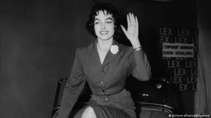 Miss Germany 1956 Petra Schürmann im strengen Kostüm lächelt in die Kamera.