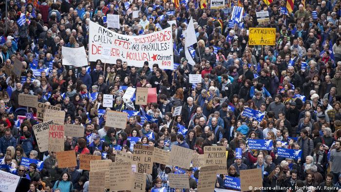 Spanien | Zehntausende demonstrieren für die Aufnahme von mehr Flüchtlingen (picture-alliance, NurPhoto/V. Rovira)