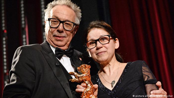 Director Ildikó Enyedi and Dieter Kosslick during the award ceremony (picture-alliance/dpa/G. Fischer)