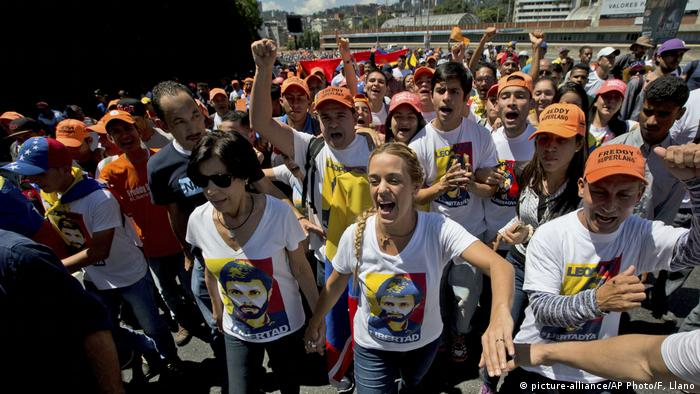 Venezuela | No more dictatorship-Proteste in Caracas (picture-alliance/AP Photo/F. Llano)