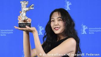 Berlinale   Abschluss und Verleihung der Bären   Preisträger Silbener Bär Kim Minhee (picture-alliance/AP Images/B. Pedersen)