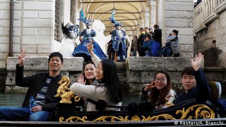 Εκατομμύρια επισκέπτες από όλον τον κόσμο πλημμυρίζουν τους δρόμους της Βενετίας, η οποία έχει 270.000 κατοίκους. Οι περισσότεροι φτάνουν στην πόλη το Σαββατοκύριακο πριν από την τελευταία Κυριακή της Αποκριάς.