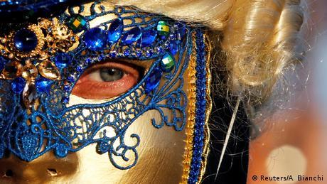 Καρναβάλι χωρίς μάσκες δεν υπάρχει. Κανονικά οι μάσκες κατασκευάζονται από σκληρό χαρτί, ωστόσο χρησιμοποιούνται και άλλα υλικά, όπως δέρμα, ύφασμα, λάστιχο ή μέταλλο. Κατόπιν στολίζονται με φτερά ή ψεύτικα πετράδια. Λίγες όμως φέρουν φύλλα χρυσού ή διαμάντια.