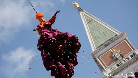 Το καρναβάλι ξεκίνησε στις 11 Φεβρουαρίου, ωστόσο η επίσημη έναρξή του στη Βενετία γίνεται με την παραδοσιακή «πτήση του αγγέλου» («Volo dell'angelo»). Ισορροπώντας επάνω σε ένα σκοινί 99 μέτρα από το έδαφος η Βασίλισσα του Καρναβαλιού αιωρείται ανάμεσα στο καμπαναριό Campanile και την κεντρική πλατεία της αγοράς.