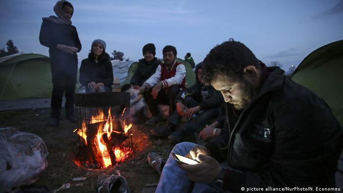 Deutschland Handys von Flüchtlingen im Visier (picture alliance/NurPhoto/N. Economou)