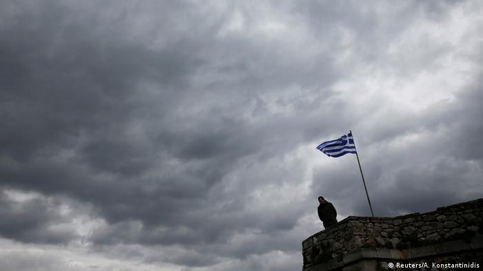 Griechenland Symbolbild Flagge & dunkler Himmel (Reuters/A. Konstantinidis)