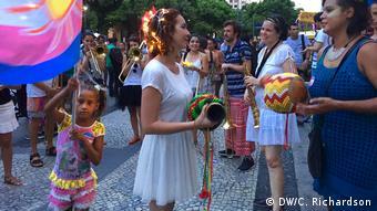 Brasilien Karneval in Rio Samba Band Mulheres Rodadas (DW/C. Richardson)