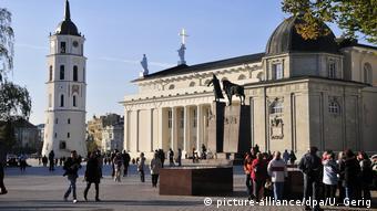 Люди гуляют в центре Вильнюса