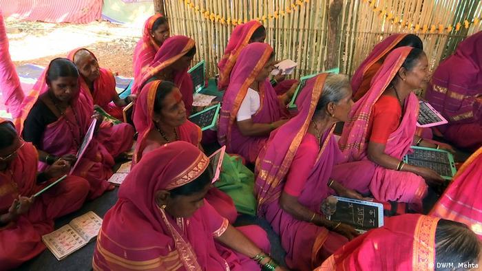Indien Schule für ältere Frauen in der Ortschaft Phangane (DW/M. Mehta)