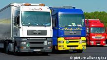 LKWs aus Ost- und Westeuropa treffen sich in Südfrankreich. Narbonne, Languedoc-Roussillon, Frankreich, 23.09.2007 | Verwendung weltweit