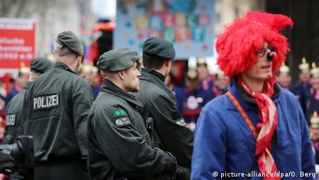 Ήδη εδώ και μέρες τα μέτρα ασφαλείας είναι αυξημένα, ιδίως στις πόλεις που παραδοσιακά προσελκύουν τους περισσότερους καρναβαλιστές: την Κολωνία, το Ντίσελντορφ και το Μάιντς. Στους αστυνομικούς που βρίσκονται εν ώρα υπηρεσίας απαγορεύονται ρητά τόσο οι καρναβαλίστικες μεταμφιέσεις όσο και η συμμετοχή στους εορτασμούς.