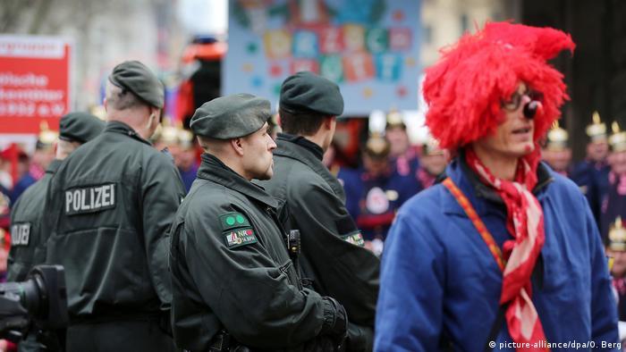 Полицейские следят за соблюдением порядка на карнавале в Кельне (фото из архива)