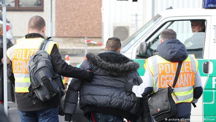 Deutschland Abschiebungen abgelehnter Asylbewerber (picture-alliance/dpa/S. Willnow)