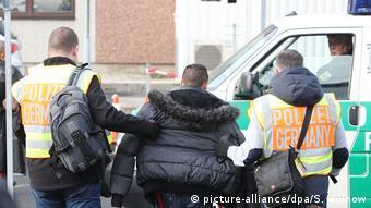 Полицейские выдворяют из Германии выходца из Сербии