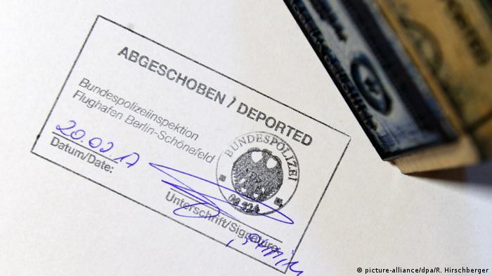 Deutschland Abschiebung von Ausländern am Flughafen Berlin-Schönefeld