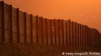 Grenze Mexiko USA Grenzzaun Mauer Zaun Menschen Symbolbild