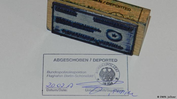 Штамп с надписью Депортирован.