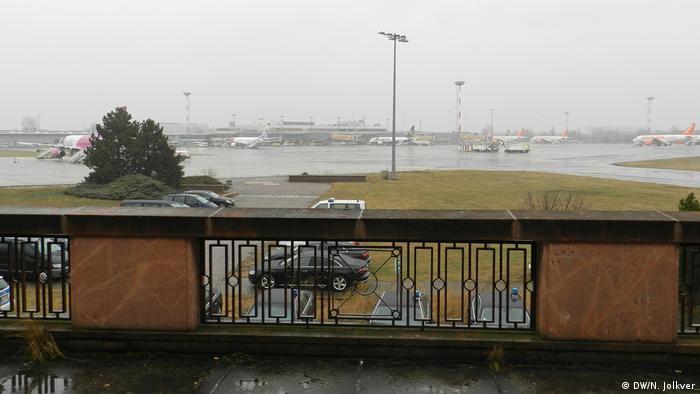 Вид с балкона строеия Р21 на летное поле