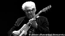 epa03312824 US jazz fusion guitarist Larry Coryell performs onstage during a concert held within the frame of the 47th San Sebastian Jazz Festival at the Victoria Eugenia Theater in San Sebastian, Spain, 20 July 2012. EPA/JAVIER ETXEZARRETA +++(c) dpa - Bildfunk+++  