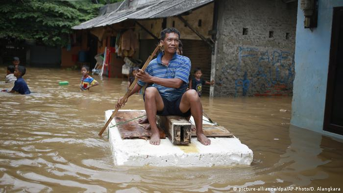 Indonesien Überschwemmung in Jakarta (picture-alliance/dpa/AP-Photo/D. Alangkara)
