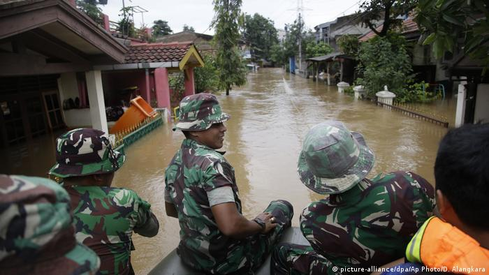 Indonesien Überschwemmung in Jakarta (picture-alliance/dpa/Ap Photo/D. Alangkara)