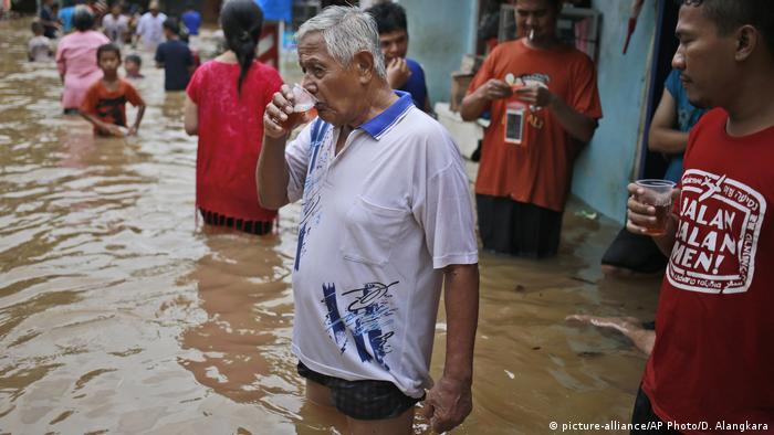 Indonesien Überschwemmung in Jakarta (picture-alliance/AP Photo/D. Alangkara)