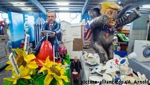 Deutschland Karneval in Mainz Motivwagen Trump