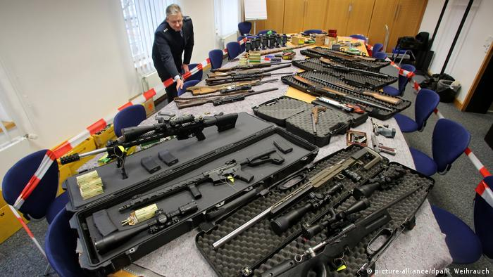 Police show weapons siezed in a raid on alleged Reichsbürger members (picture-alliance/dpa/R. Weihrauch)