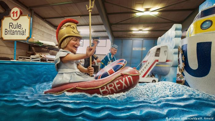 Theresa May in a rubber dinghy on a Carnival float. (picture-alliance/dpa/A. Arnold)