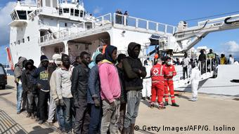 Italien Küstenwache rettet Flüchtlinge Object name ITALY - MIGRANTS - RESCUE - SEA Object name ITALY - MIGRANTS - RESCUE - SEA Object name ITALY - MIGRANTS - RESCUE - SEA (Getty Images/AFP/G. Isolino)