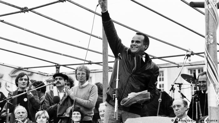 Harry Belafonte at a peace demonstration in Bonn in 1981 (picture-alliance/dpa/K. Rose)
