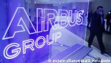ARCHIV - Ein Mann passiert am 26.02.2014 das Logo der Airbus Group bei der Jahrespressekonferenz in Blagnac, Frankreich. Airbus veröffentlicht am 22.02.2017 die Jahreszahlen für 2016. Foto: Guillaume Horcajuelo/EPA/dpa +++(c) dpa - Bildfunk+++ |