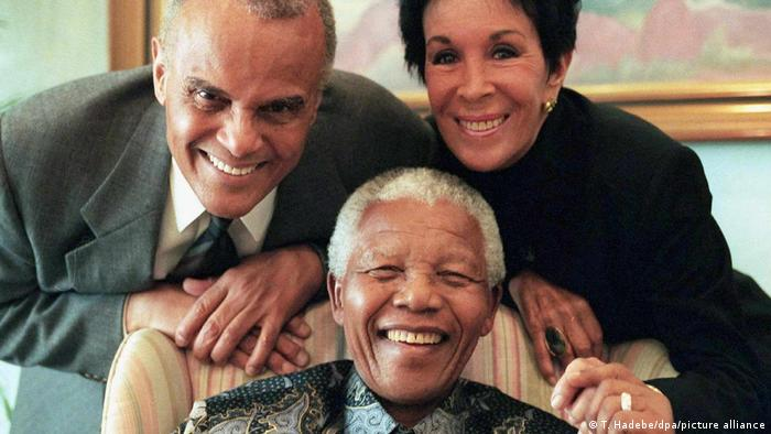 Mandela and Belafonte (picture-alliance/dpa/T. Hadebe)