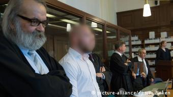 Марвин Н. (второй слева) и Хамди Х. (пятый слева) на скамье подсудимых