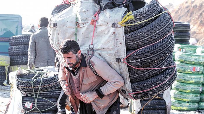 عکس آرشیوی از یک کولبر در منطقه مرزی میان ایران و عراق