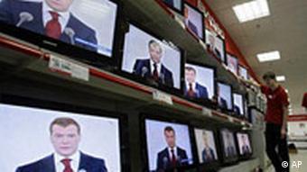 Лицо Медведева на экранах телевизоров в одном из магазинов