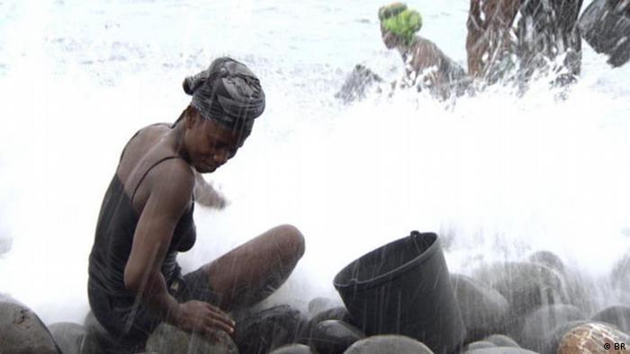 Mulher embaixo de cachoeira
