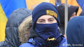 Молодая девушка в шапочке с надписью Национальный корпус