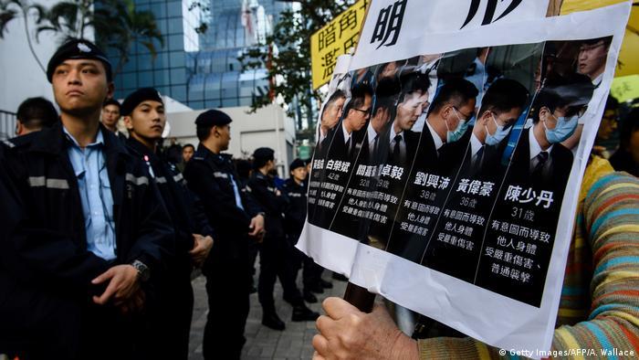 力挺被判7警员  港警大规模集会