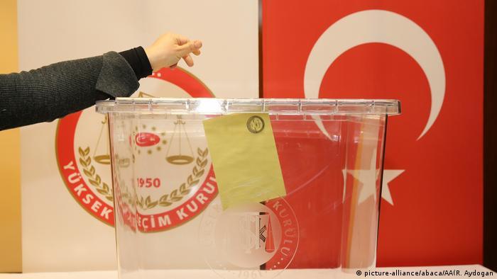 бюллетень опускается в урну для голосования
