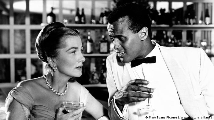Harry Belafonte and Joan Fontaine in Island in the Sun (picture-alliance/Mary Evans Picture Library)