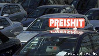 Автомобиль в автосалоне с надписью Цена -хитовая!