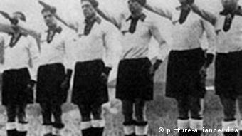 Die Aufnahme zeigt die deutsche Mannschaft, mit Hitlergruß zu den ihnen gegenüberstehenden englischen Spielern gewendet, während der englischen, britischen Königshymne vor dem Länderspiel England - Deutschland (3:0) am 04.12.1935 im Londoner Wembley Stadion