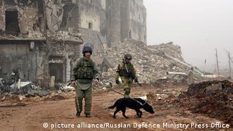 Российские военнослужащие во время поиска мин в Алеппо, Сирия