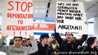 Deutschland Demonstration gegen Abschiebung von Flüchtlingen (picture alliance/dpa/M. Balk)