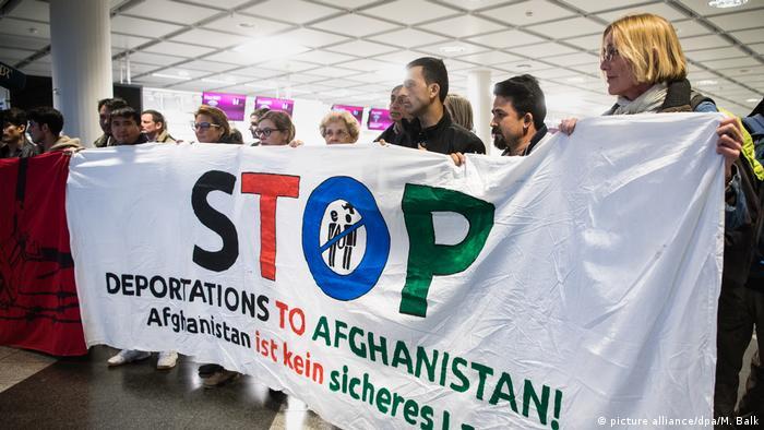 عکس از آرشیف: تظاهرات علیه اخراج پناهجویان افغان