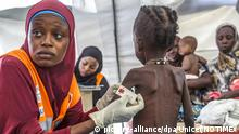 ARCHIV 2016 - Eine Frau misst den Armumfang eines Jungen in einer Nothilfeeinrichtung die von der UNICEF unterstützt wird, am 20.10.2016 in Maiduguri (Nigeria). Wegen Mangelernährung droht knapp 1,4 Millionen Kindern in den Ländern Nigeria, Somalia, Südsudan und Jemen nach Unicef-Angaben der Hungertod. zu dpa «Unicef: Fast 1,4 Millionen Kindern in vier Ländern droht Hungertod» vom 21.02.2017) (ACHTUNG:Keine Archivierung. Verwendung nur zu redaktionellen Zwecken in Verbindung mit der aktuellen Berichterstattung bei vollständiger Quellenangabe: Foto: Unicef/NOTIMEX/dpa +++(c) dpa - Bildfunk+++ | Verwendung weltweit